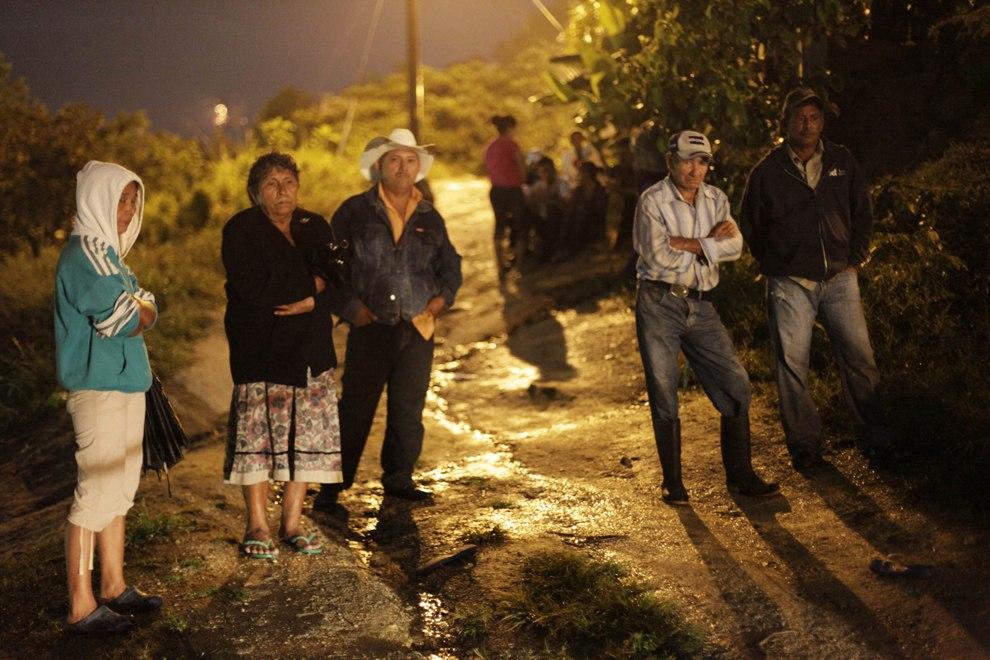 Друзья и члены семьи застреленного молодого человека, Сан-Педро-Сула
