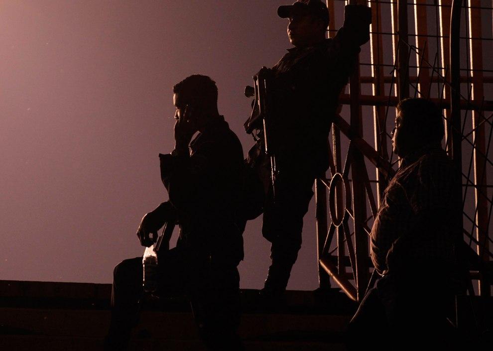 Полицейские охраняют тренировку футбольной команды на Олимпийском стадионе Метрополитано