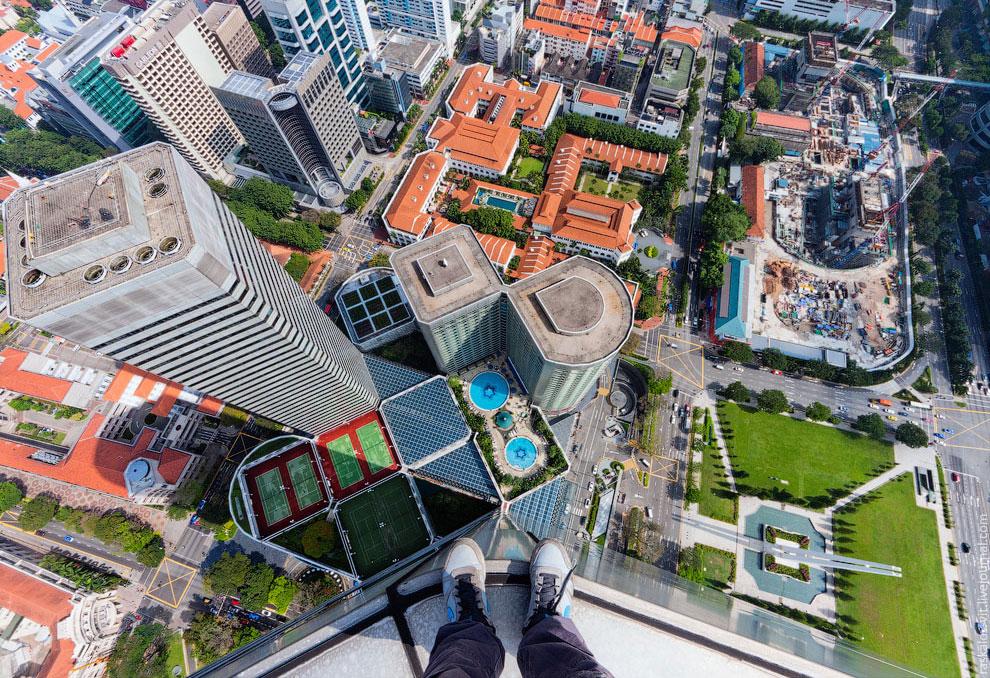 Вид вниз с крыши одного из самых высоких зданий Сингапура