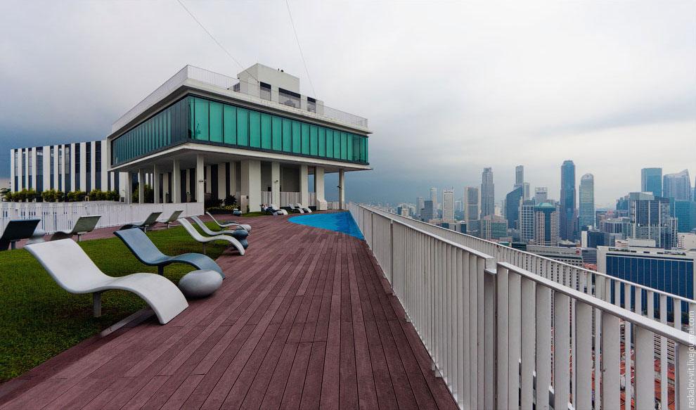 Очень крутая крыша с огромным садом, лежаками и самой настоящей детской игровой площадкой