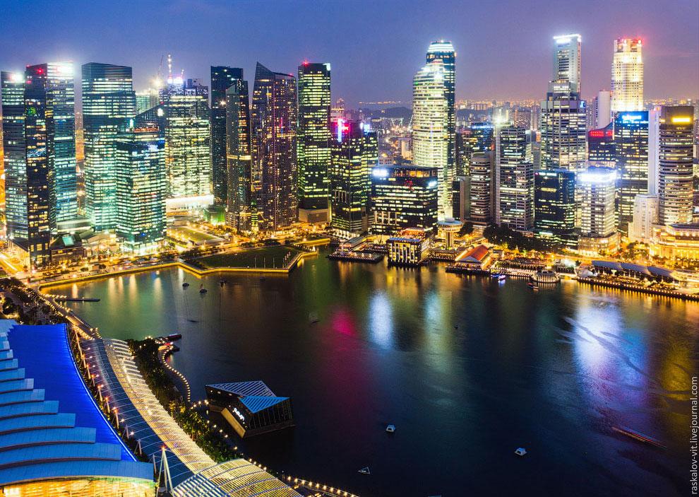 Это я уже переместился на крышу знаменитой гостиницы Marina Bay