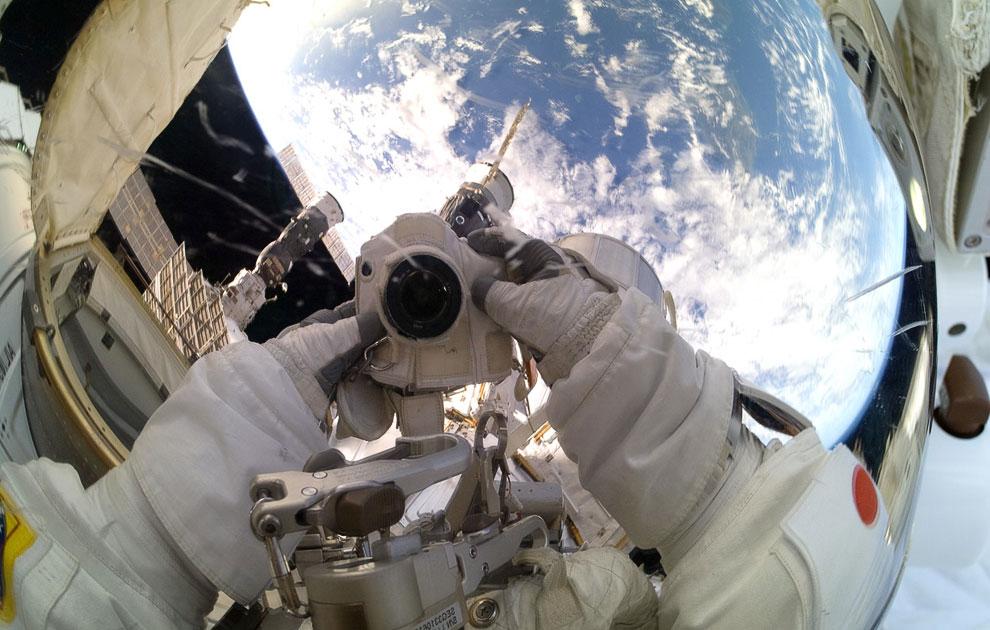 Японский космонавт Акихико Хосидэ вышел в открытый космос с МКС