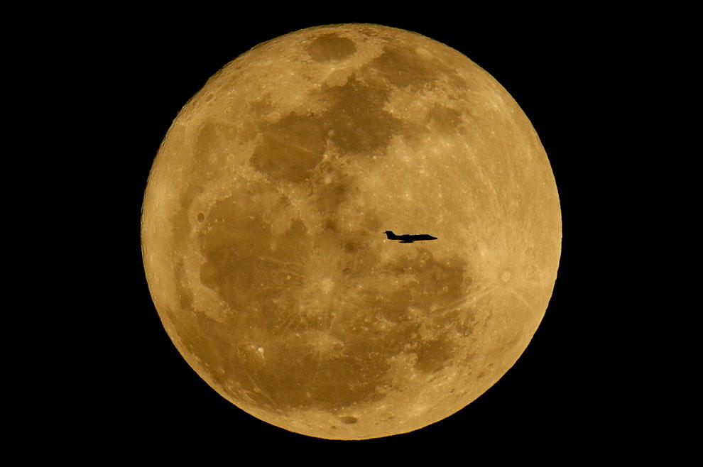 Самолет на фоне восходящей Луны