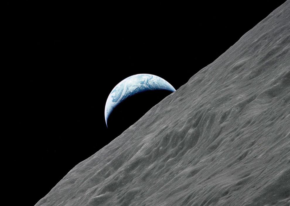 Земля возвышается над лунным горизонтом