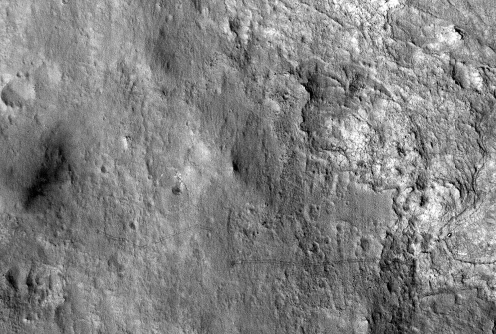 Следы от гусениц марсохода на поверхности Красной планеты