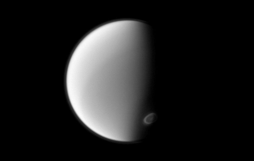 Титан — крупнейший спутник Сатурна