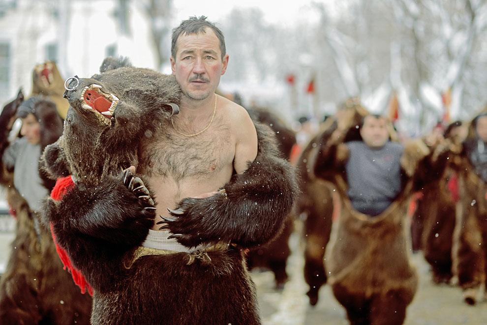 Среди молодых фотографов победила фотография с названием «Традиции», показывающая необычное празднование Нового года в Румынии