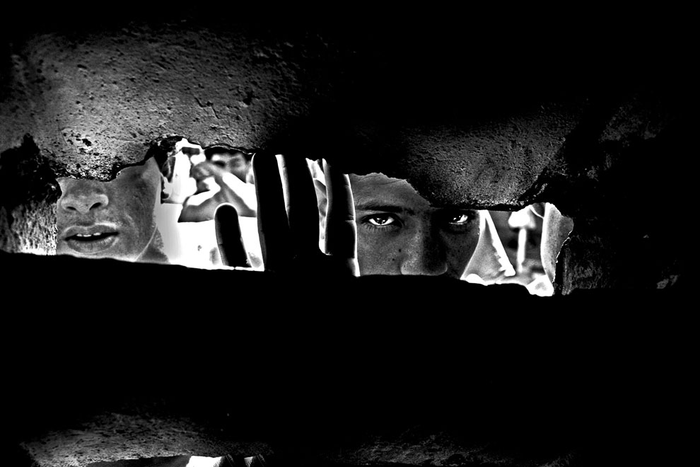 Глаза заключенных в одной из самых жестоких тюрем вблизи Каракасе, Венесуэла