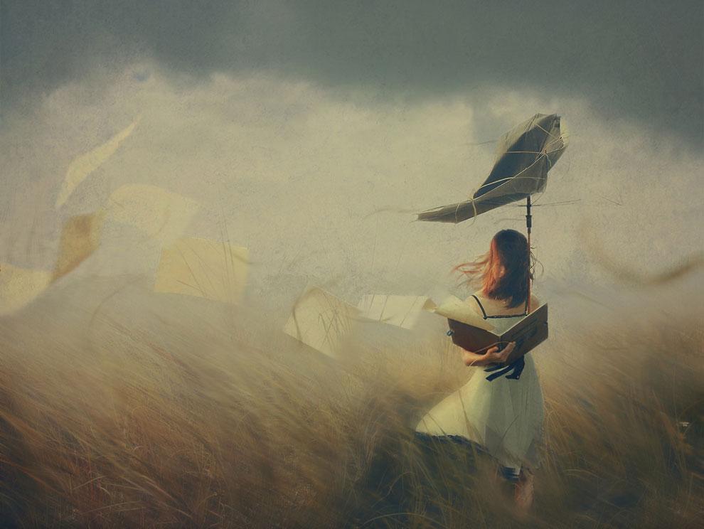 Снимок молодой девушки в разгар шторма