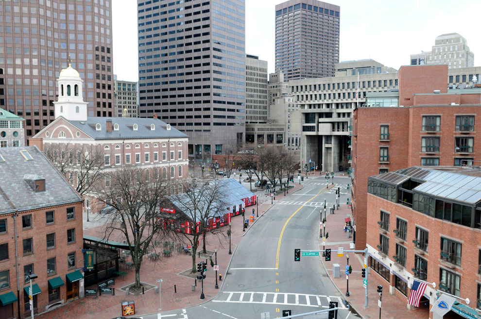 Пустые улицы района Бостона, находящиеся в оцеплении во время спецоперации по поимке Джохара Царнаева