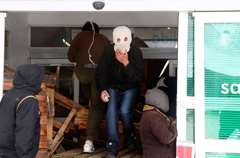Вот мародеры грабят супермаркет в Сан-Карлос-де-Барилоче, Аргентина
