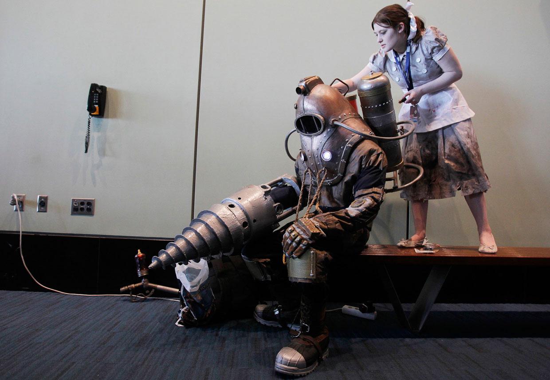 Персонажи, одетые в костюмы героев культовой компьютерной игры «Биошок»