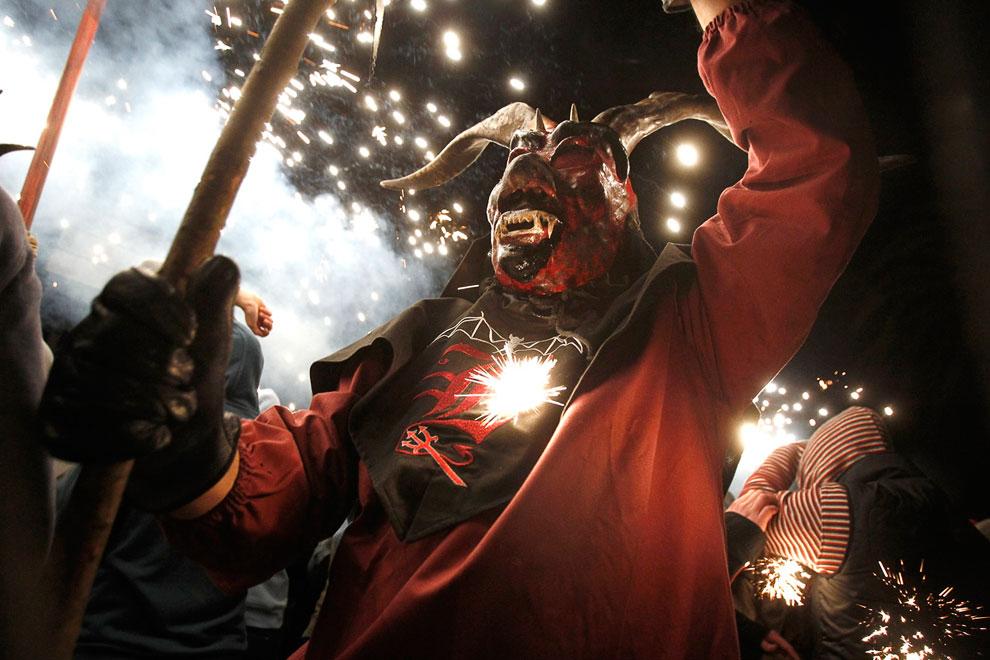 21 января 2013 во время традиционного фестиваля «Correfoc» в Пальма-де-Майорка по улицам бегали демоны и дьяволы с огнем и фейерверками