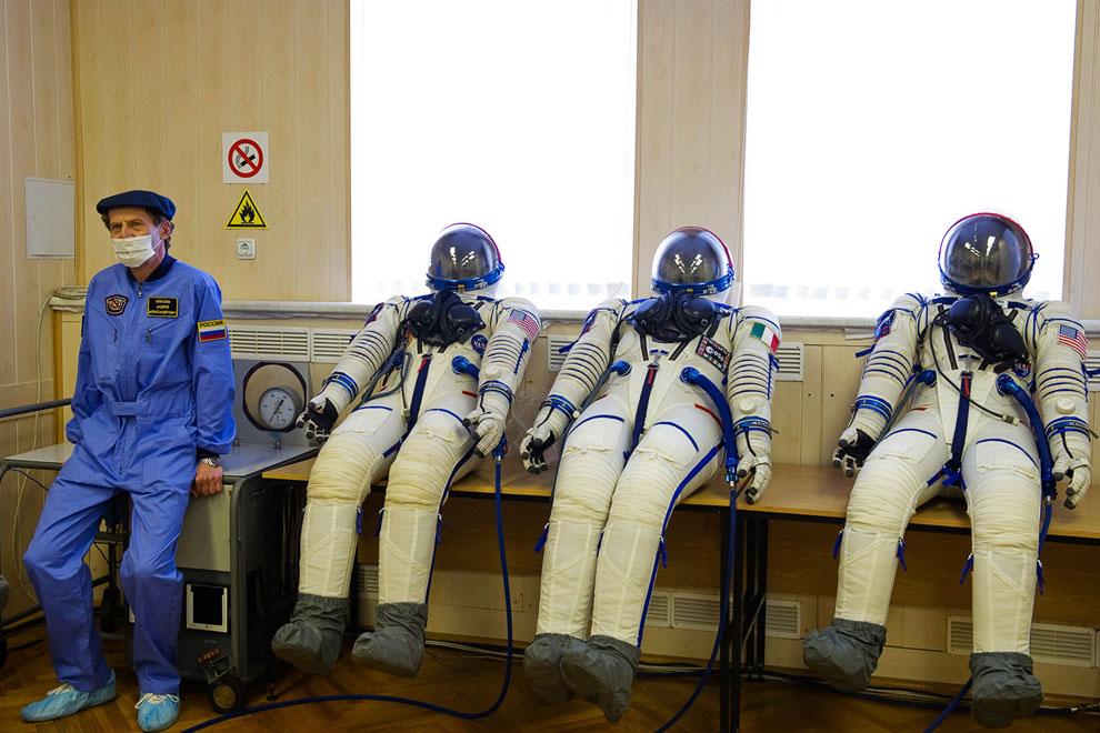 Идет подготовка к отправке на МКС членов 34-й космической экспедиции космонавта Романа Романенко, канадского астронавта Криса Хэдфилда и американца Томаса Маршбёрна