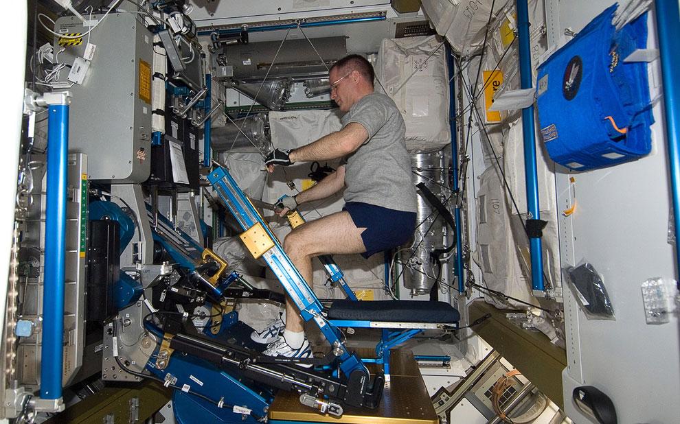 Командир 34-й экспедиции на МКС астронавт НАСА Кевин Форд в «спортзале» станции
