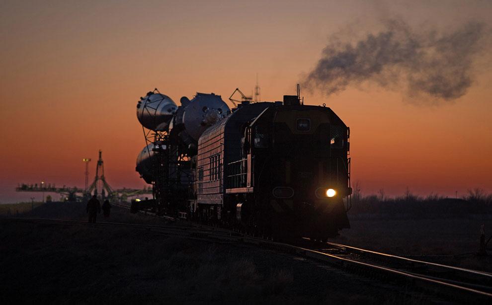 Ракету «Союз» везут на поезде по казахстанской степи на стартовую площадку космодрома Байконур