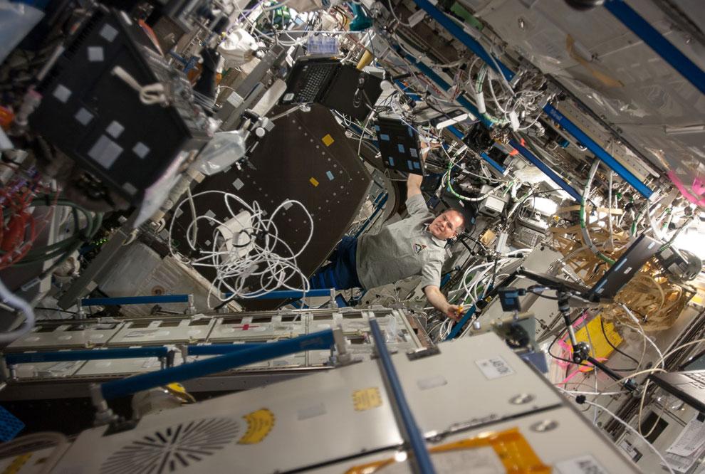 Хитросплетение проводов и оборудования в «Дестини» — американском научном модуле Международной космической станции