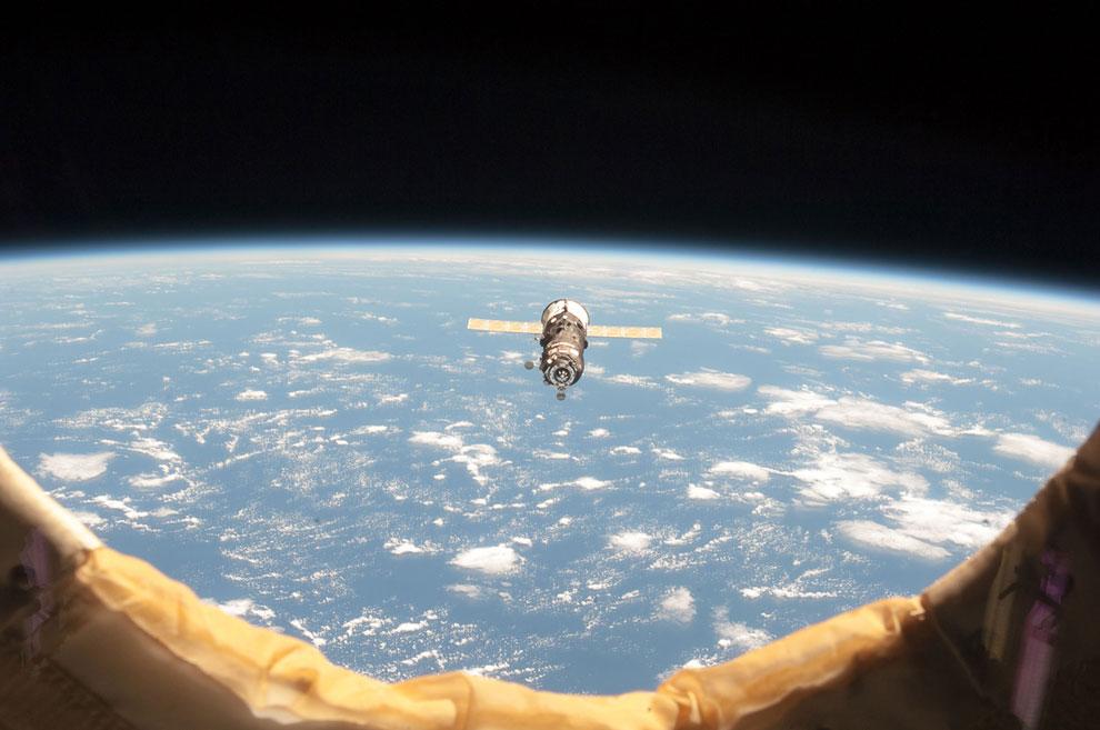 К станции подлетает космический грузовик — беспилотный корабль «Прогресс».