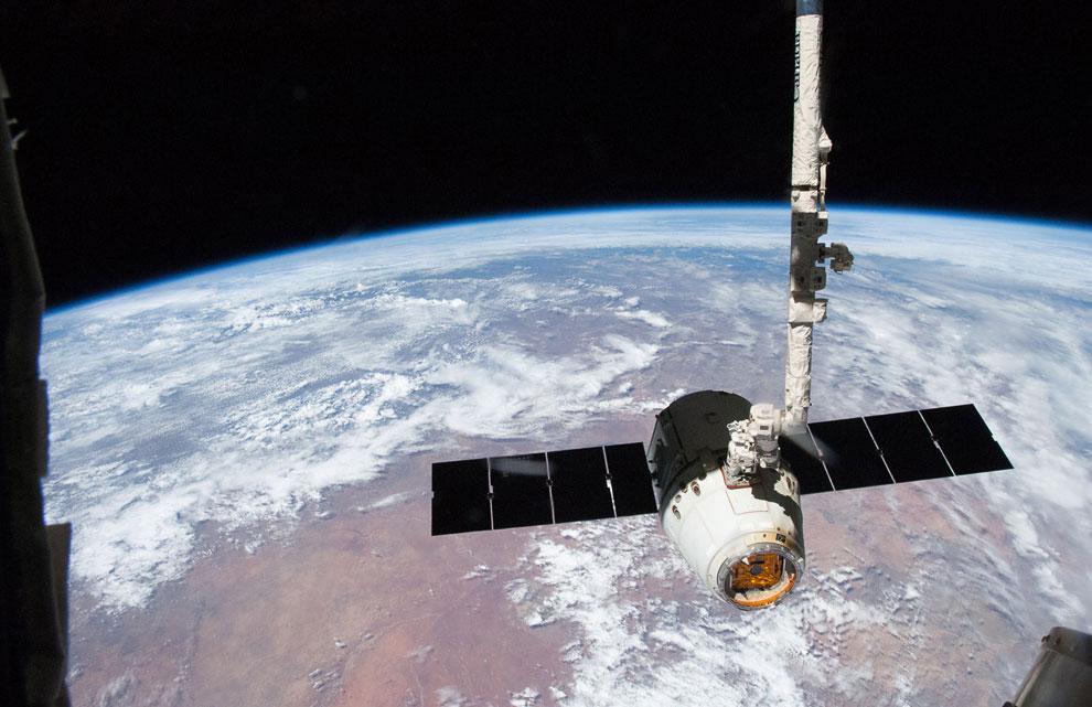 Dragon SpaceX отстыковался от Международной космической станции и возвращается на Землю