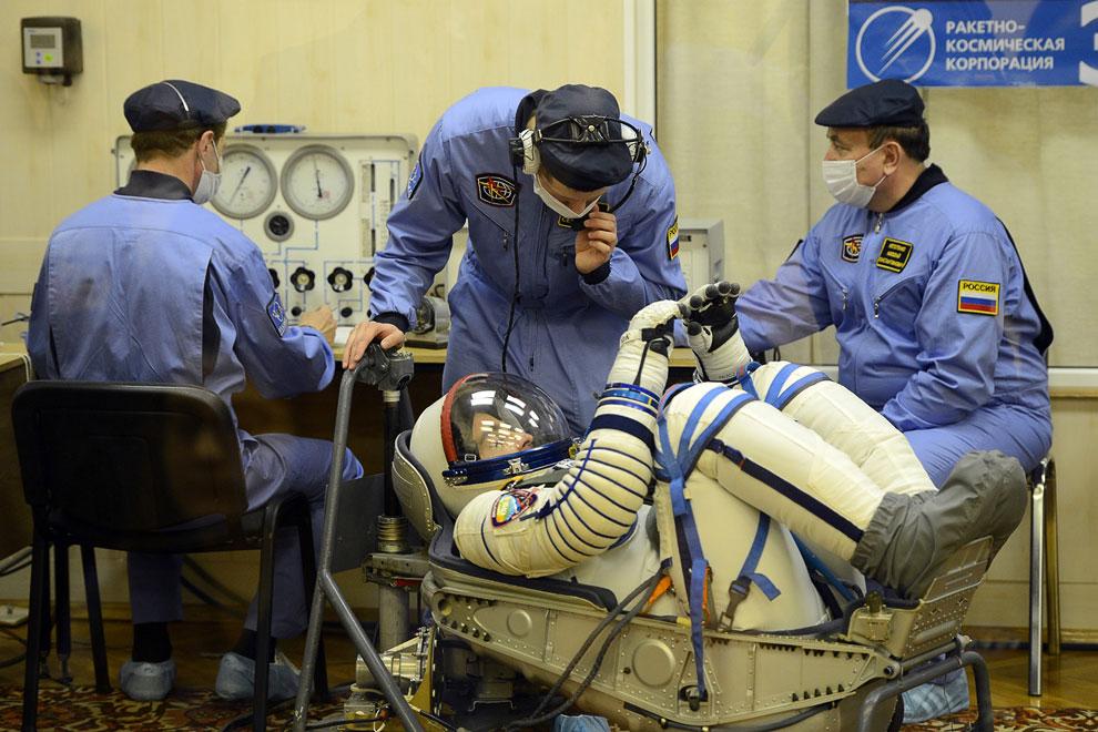 Проверка скафандра перед запуском корабля «Союз ТМА-08М» в космос