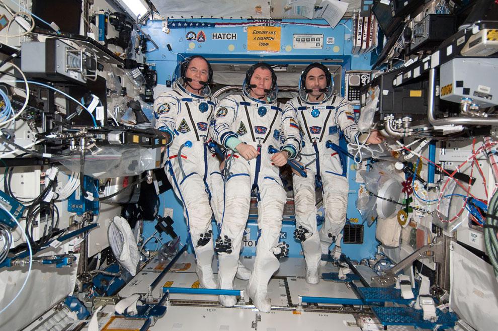 Командир, астронавт НАСА Кевин Форд, Олег Новицкий и Евгений Тарелкин в посадочных скафандрах «Сокол»