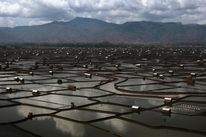 Вид с воздуха на соляные области на острове Сумбава в Индонезии