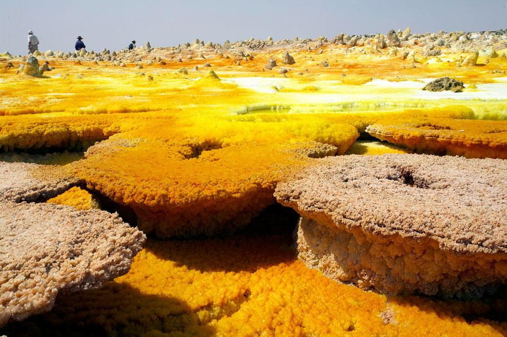 Следы застывшей соли и лавы в пустыне Данакиль (Эфиопия) имеют необычные яркие краски, что делает этот пейзаж уникальным