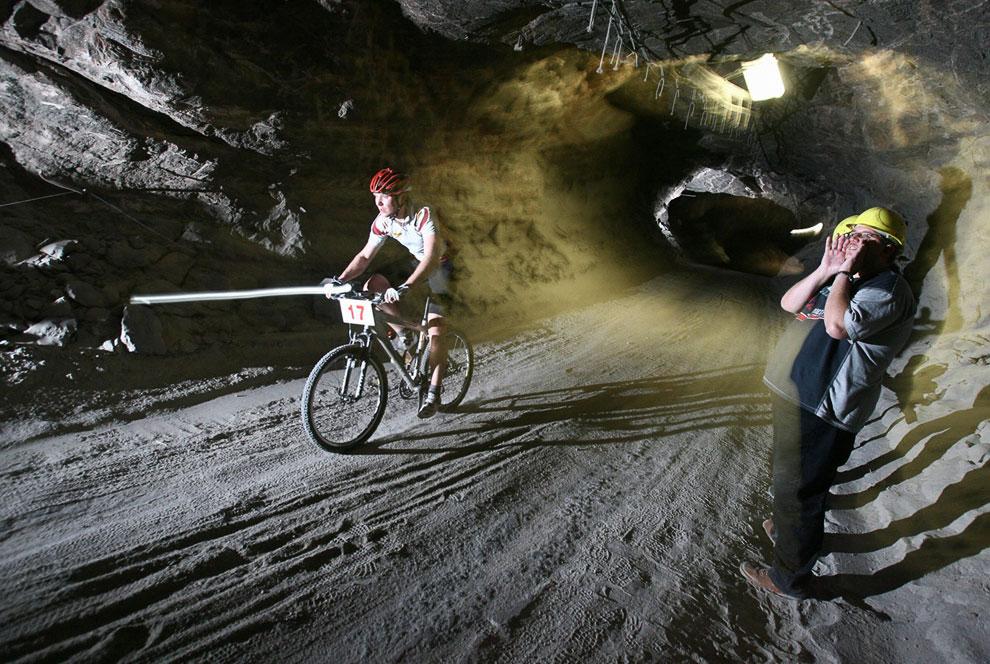 Около 50 спортсменов приняли участие в заезде на велосипедах на глубине 800 метров в бывшей соляной шахте Зондерсхаузен