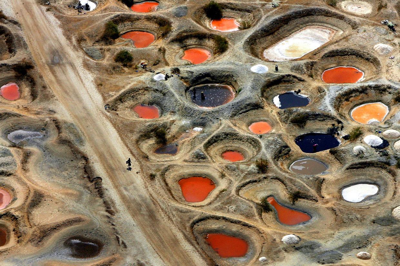 Ямы, вырытые сборщиками соли, заполненные разноцветной минеральной водой