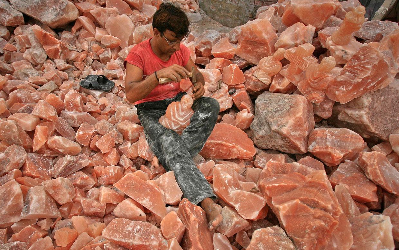 Делает фигуру из красной каменной соли