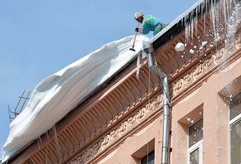 Борьба с ледяными сталактитами — сосульками — в Киеве