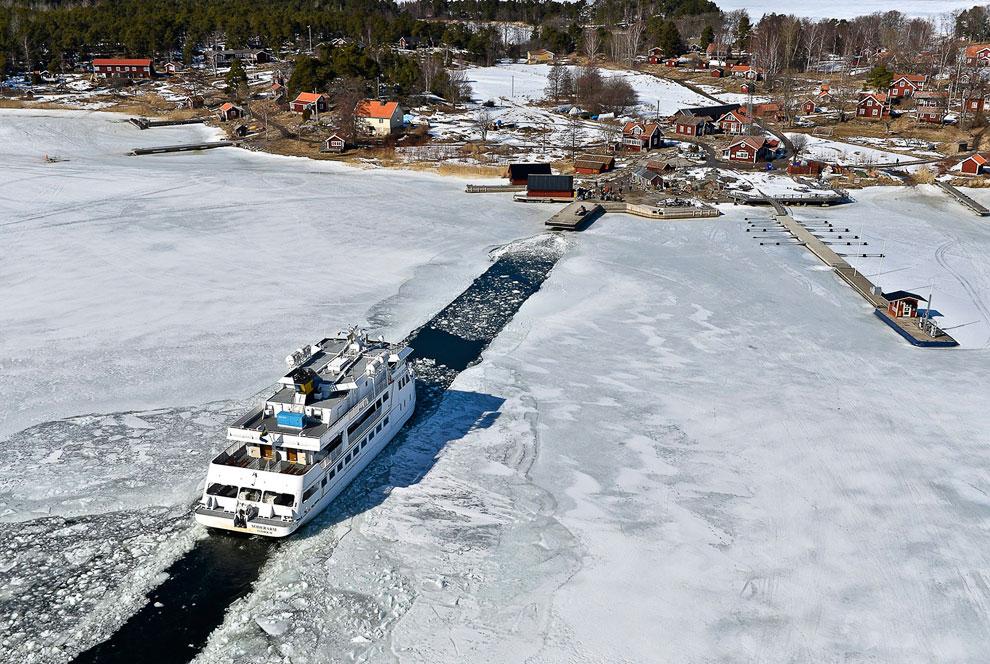 Пассажирское судно пробивает путь во льдах к деревушке на Стокгольмском архипелаге — крупнейшем архипелаге в Швеции и одном из крупнейших в Балтийском море