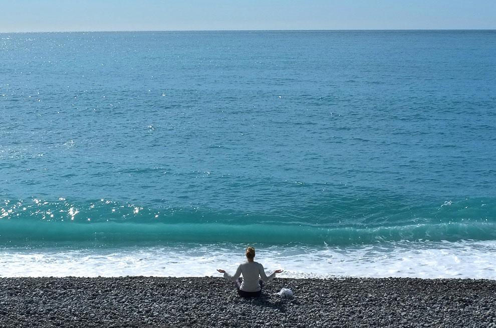 Встреча солнца. На пляже в Ницце, юго-восточная Франция