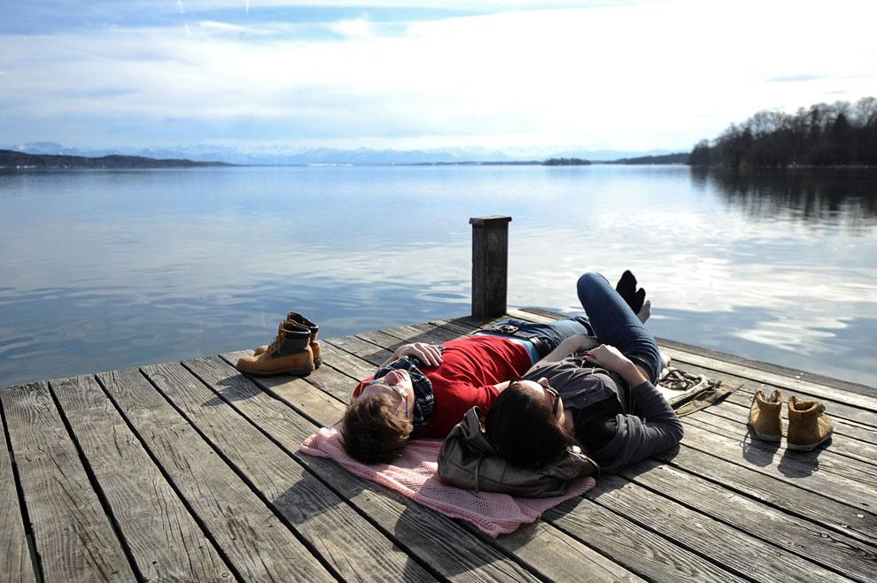 Весенний день на озере Штарнберг недалеко от Мюнхена, Германия