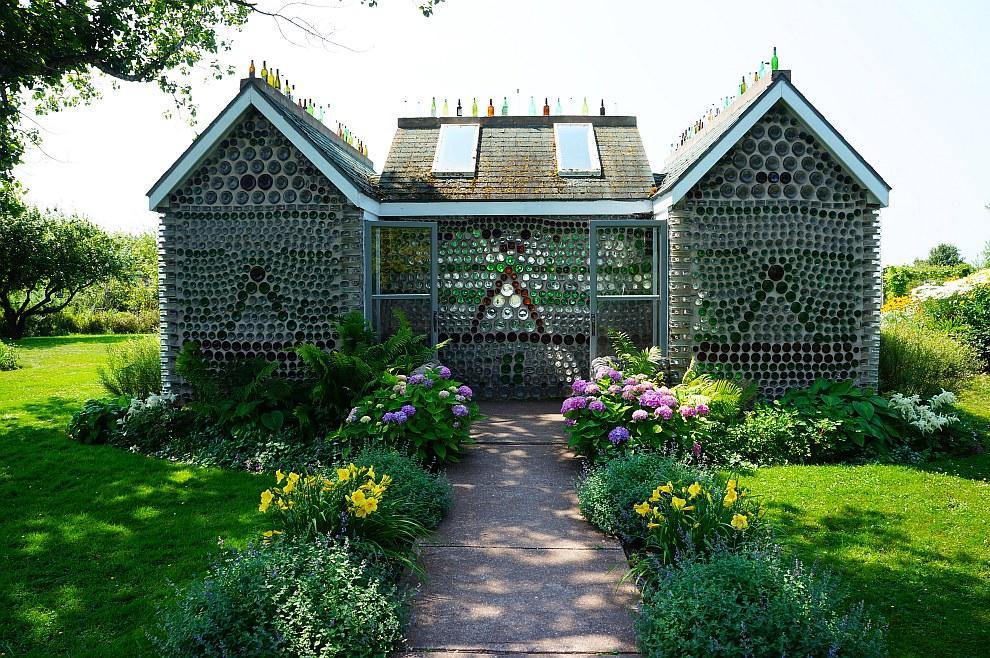 Один из трех домов, построенных Эдуардом Арсено из бутылок на острове Принца Эдуарда на юго-востоке Канады