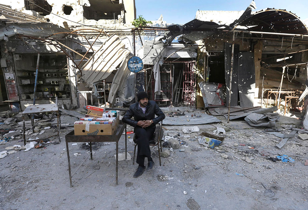 Торговец сигаретами на улице города Маарат ал-Нуман