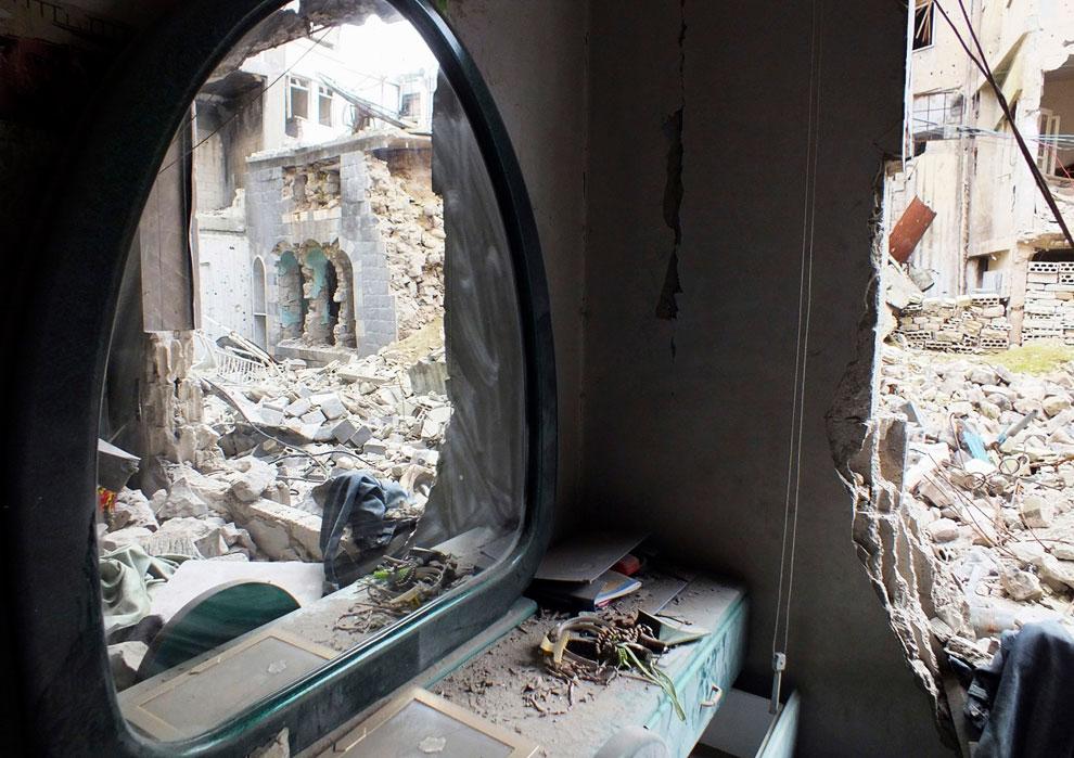 Отражение в зеркале в старом разрушенном доме в Хомсе