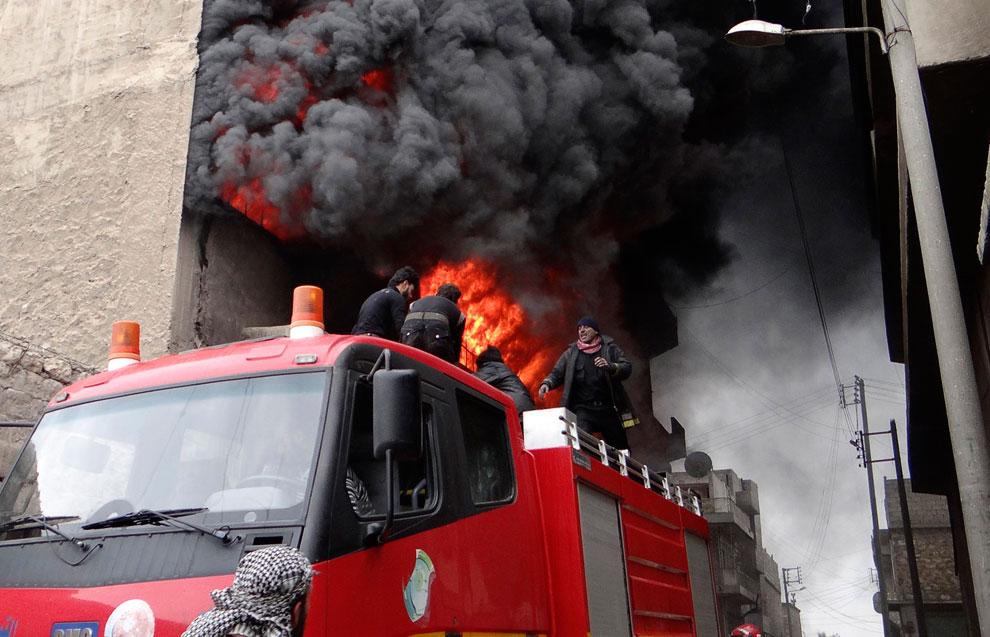 Пожарные пытаются спасти очередное горящее здание