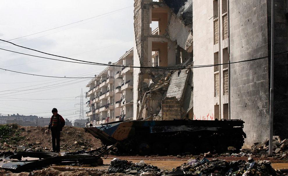 Ребенок и остатки какой-то военной машины, Алеппо
