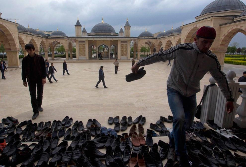 Перед пятничной молитвой в центральной мечети в Грозном