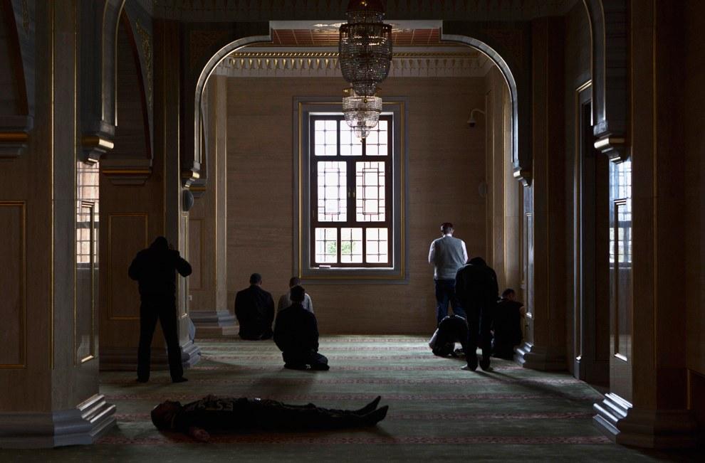 В ожидании пятничной молитвы в мечети «Сердце Чечни»