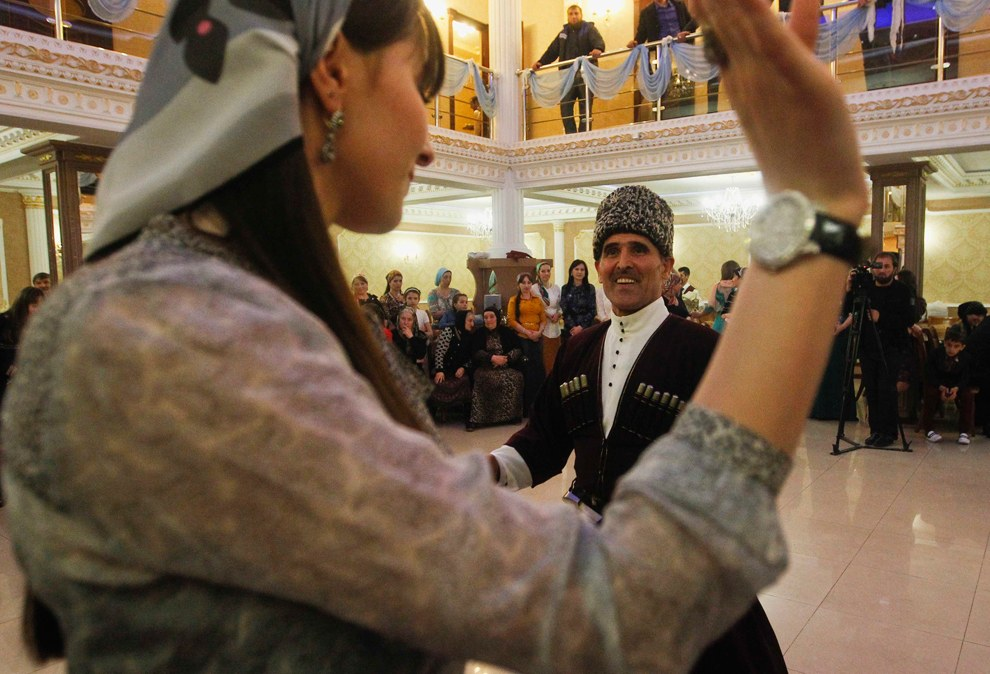 Танцы на чеченской свадьбе