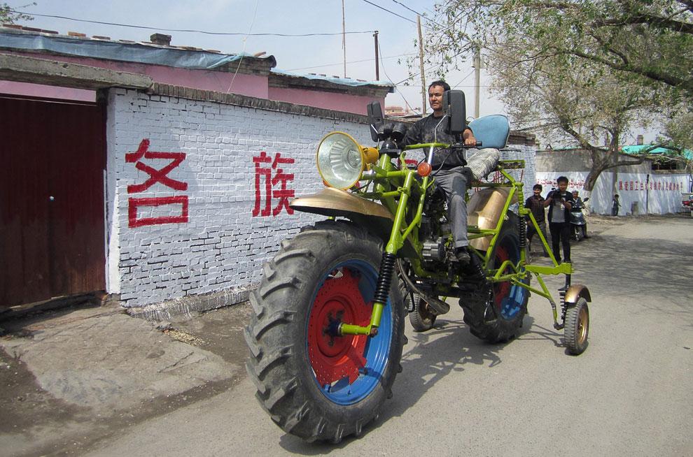 Создатель этого гигантского мотоцикла потратил год на свое изобретение и 1300 долларов. Машина весит 300 кг, имеет длину 4.3 м и высоту 2.4 м