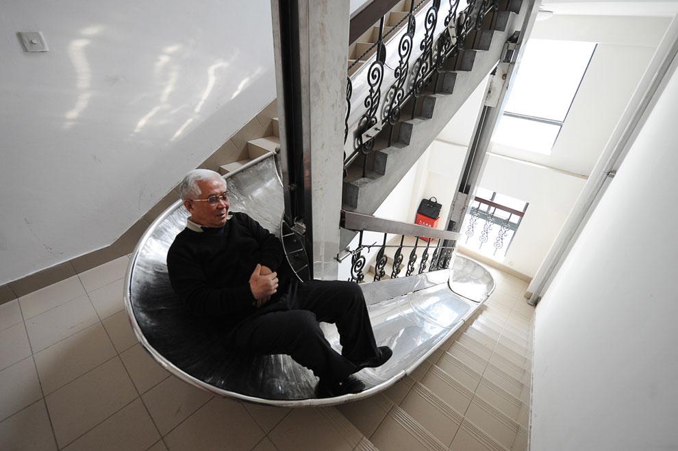 70-летний изобретатель из Шанхая два года проектировал и создавал эту горку в своем здании