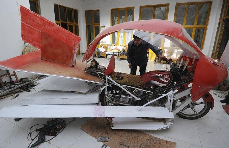Наш первый изобретатель проживает в городке Цзинань в провинции Шаньдун. Он потратил всего около $320, чтобы построить самолет из мотоцикла