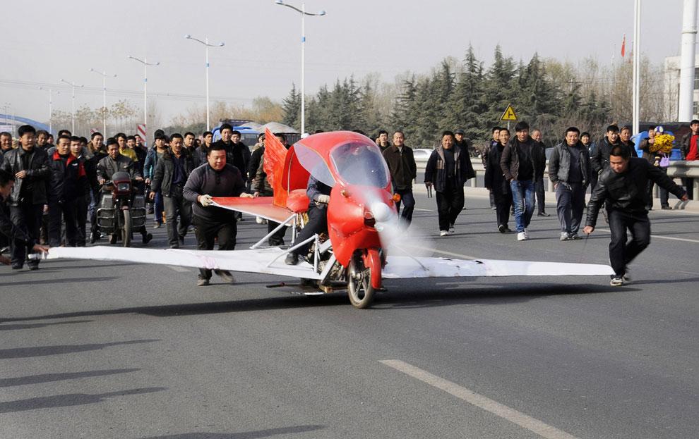 Жители Цзинаня высыпали на улицу, чтобы своими глазами увидеть взлет самолето-мотоцикла