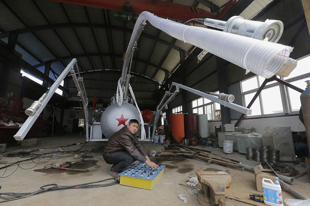 Этот самоделкин из Китая создает в своей мастерской подводную лодку