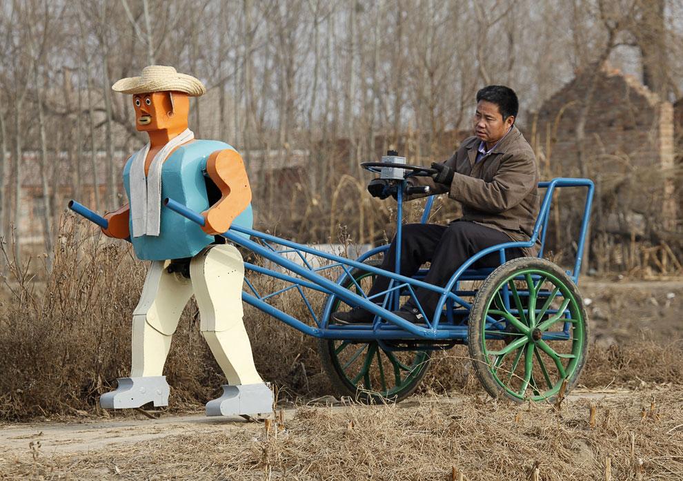 Китайский фермер едет в рикше, которую тянет его самодельный шагающий робот
