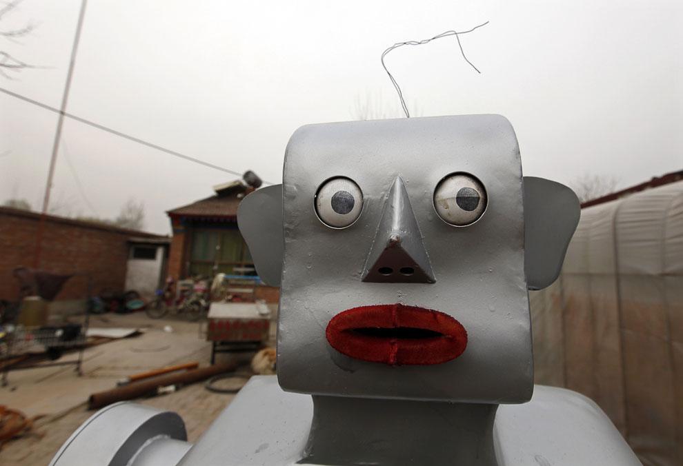 С 1986 года фермер наделал уже 47 роботов, которые могут выполнять различные функции: прыгать, рисовать, тянуть рикши, делать массаж и помогать с приготовлением пищи