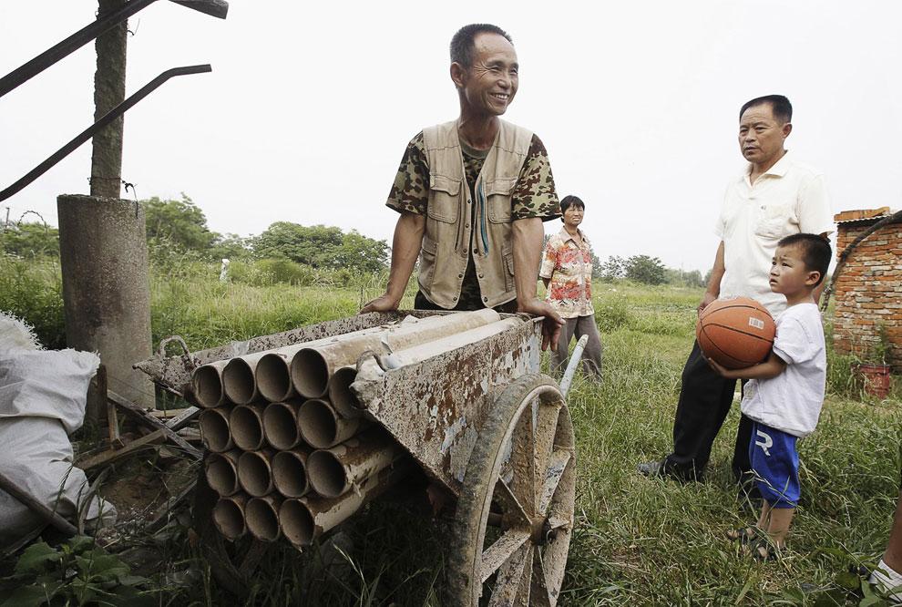 Китайская «Катюша». Китайские фермер демонстрирует самодельную пушку рядом со своими сельхозугодиями